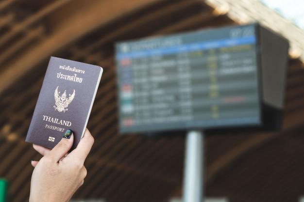 การเดินทางไปต่างประเทศด้วยเครื่องบินเป็นการเดินทางที่ง่ายและรวดเร็ว บางครั้งใช้เวลาเพียงไม่หนึ่งชั่วโมงก็ถึงจุดหมายปลายทางแล้ว แต่ว่าขั้นตอนที่ช้าและสร้างปัญหาให้กับการเดินทางด้วยเครื่องบิน คือ ขั้นตอนการตรวจสอบเอกสารผู้ที่ต้องการเดินทางออกไปยังต่างประเทศและการตรวจเอกสารสำหรับผู้ที่เดินทางเข้าประเทศนั่นเอง ดังนั้นผู้ที่เดินทางจะต้องจัดเตรียมเอกสารให้พร้อมก่อน เพื่อความรวดเร็วและลดความเสี่ยงในการไม่ให้เดินทางออกจากประเทศ โดยวันนี้เราจะมาแนะนำเอกสารที่ต้องเตรียมให้พร้อมก่อนที่จะขึ้นเครื่องบินกันดังนี้ 1.พาสปอร์ต             บุคคลที่ต้องการเดินทางไปต่างประเทศจะต้องมีพาสปอร์ต ซึ่งพาสปอร์ตคือหนังสือเดินที่ใช้ในการบันทึกข้อมูลการเดินทางออกนอกประเทศ โดยจะมีการสแตมป์ทุกครั้งที่จุดเริ่มต้นการเดินทางและเมื